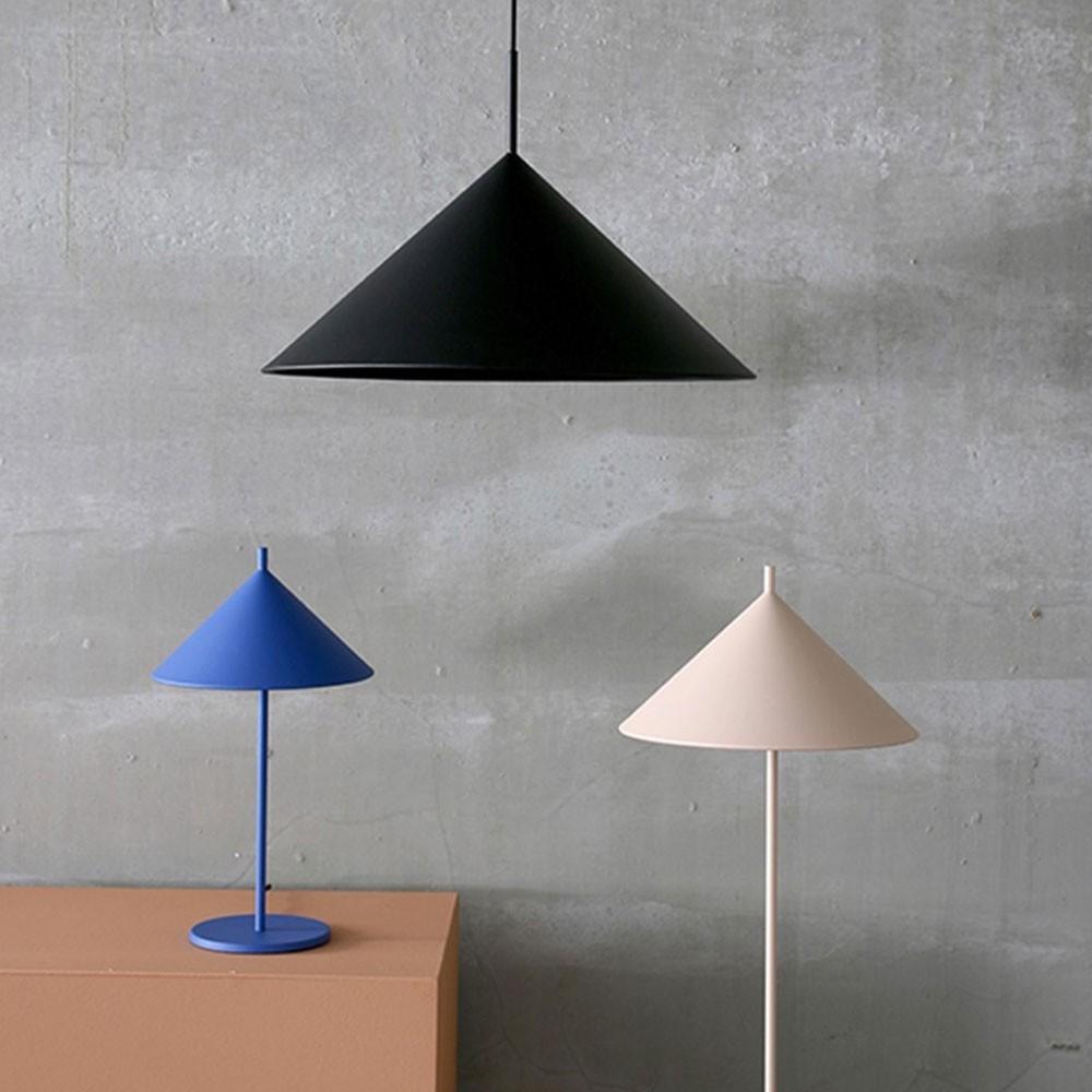 Driehoekige vloerlamp in mat zwart metaal HKliving
