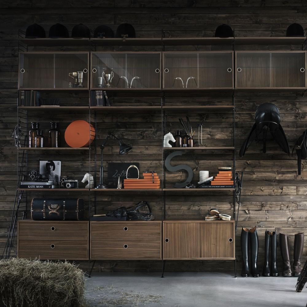 Notenhouten vitrinekast met glazen schuifdeuren - String systeem String Furniture