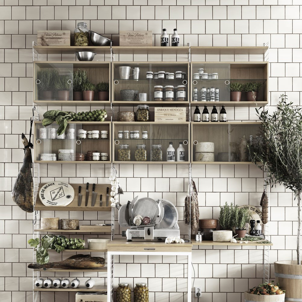 Essen vitrinekast met glazen schuifdeuren - String systeem String Furniture
