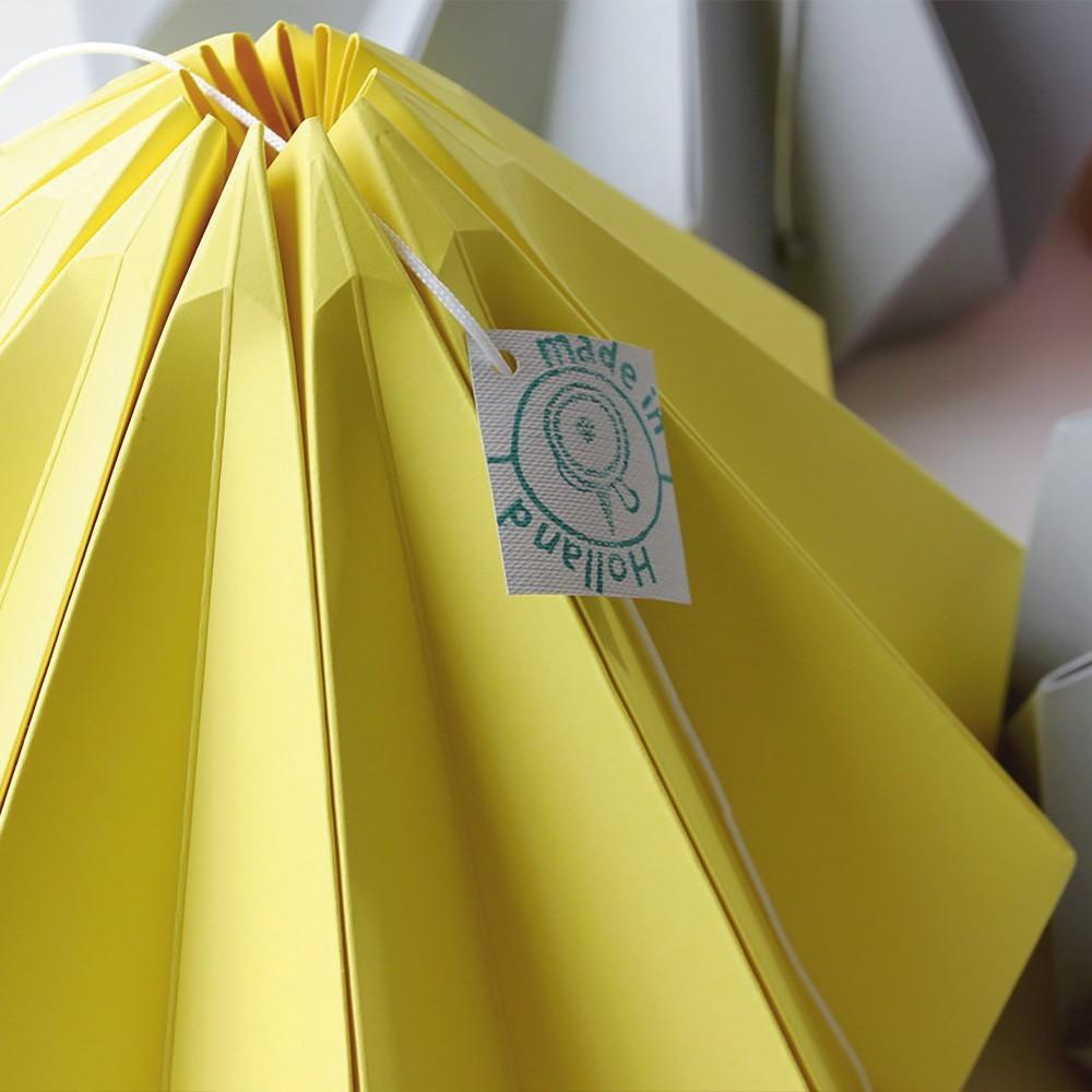 Origami hanglamp in lichtgeel kastanjepapier Snowpuppe