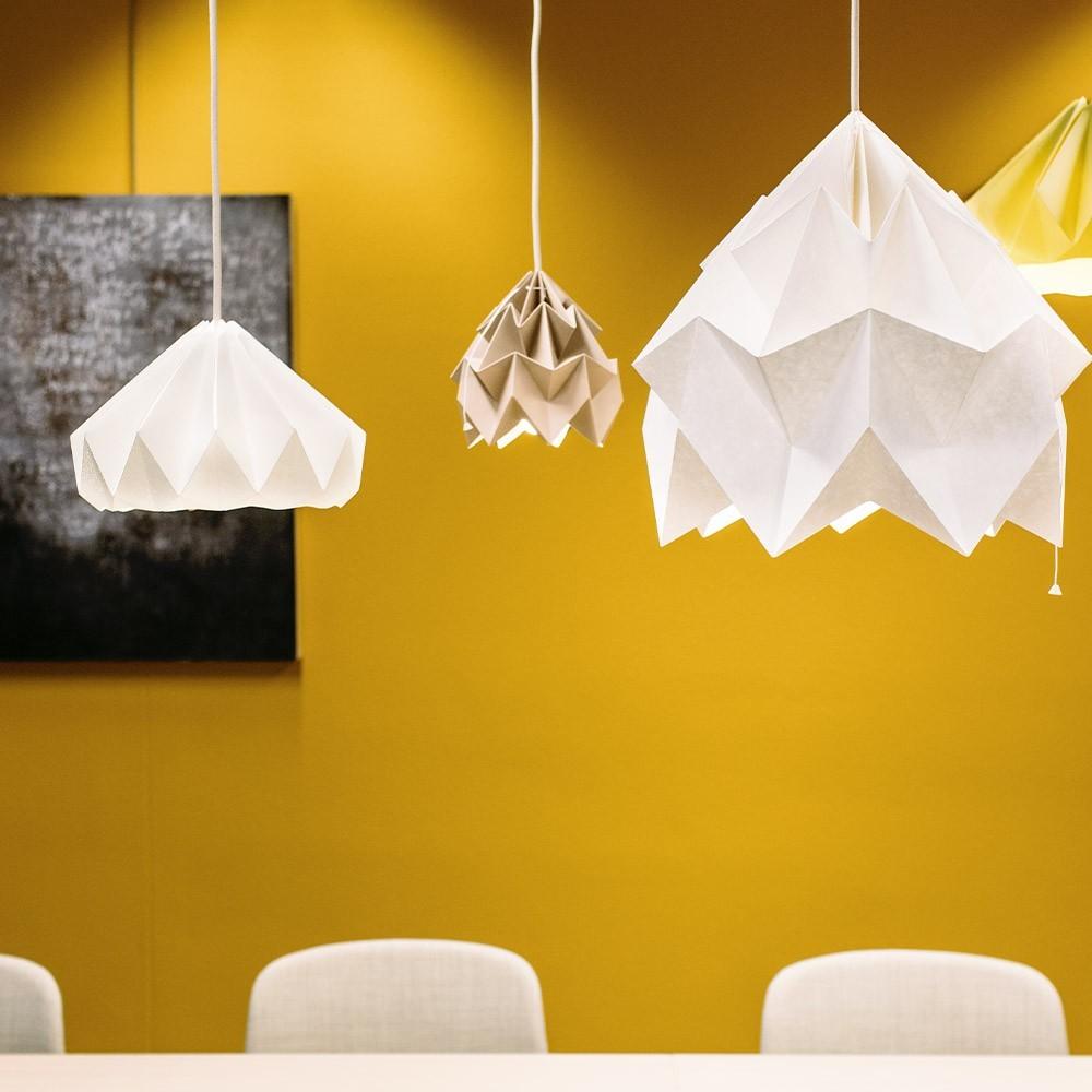 Origami-suspensie in wit en bruin Moth-papier Snowpuppe